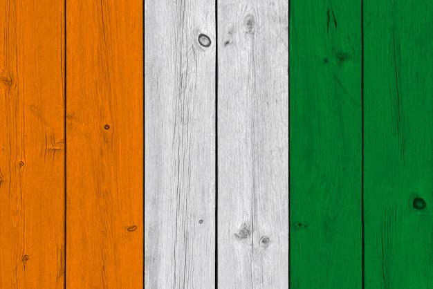 コートジボワール-古い木の板に描かれたコートジボワールの旗