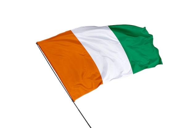 白い背景の上のコートジボワールの旗