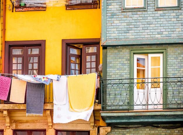 Сушка одеял на окнах старых зданий в городе порту, португалия