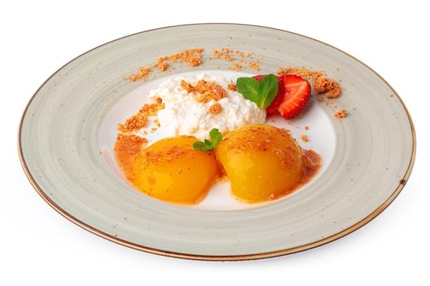 Творог и консервированные абрикосы, изолированные на белом фоне