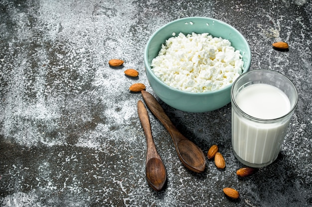 カッテージチーズと天然牛乳。