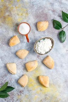Творожно-сахарное печенье треугольное печенье, вид сверху