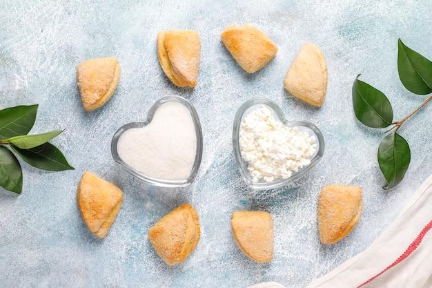 カッテージチーズと砂糖のクッキーカラスの足の三角形のクッキー