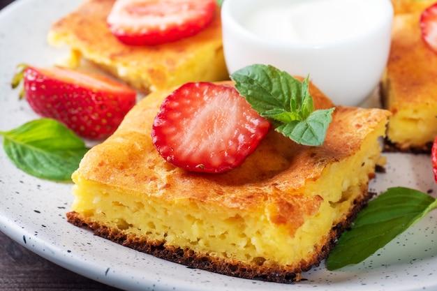 イチゴとミントのカッテージチーズのキャセロール。豆腐と新鮮なベリーとクリームで作ったおいしい自家製デザート。閉じる