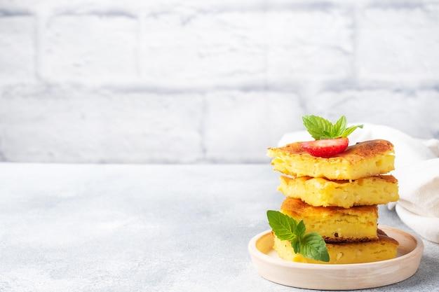イチゴとミントのカッテージチーズのキャセロール。豆腐と新鮮なベリーとクリームで作ったおいしい自家製デザート。コピースペース