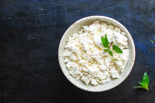 テーブルの上のカッテージチーズ牛または羊乳健康食品食事コピースペース食品素朴な