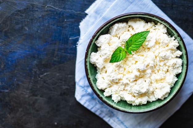 テーブルの上のカッテージチーズ牛または羊乳健康食品食事コピースペース素朴な