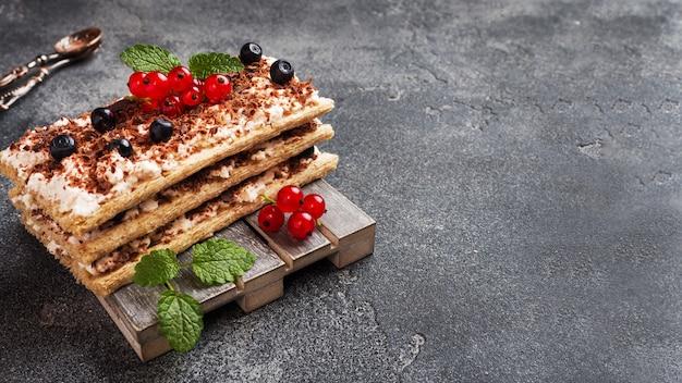 シャキッとした食パン、豆腐、ブルーベリーと赤スグリのカッテージチーズデザート。セレクティブフォーカス。
