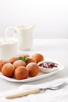 Творожные пончики шарики на тарелке