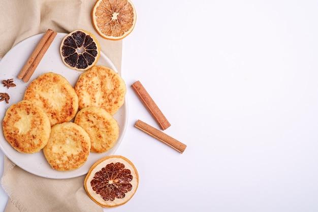 カッテージチーズのフリッター。アニスとシナモンの冬の朝食ムード