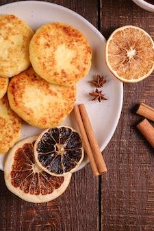 カッテージチーズのフリッター、アニス、シナモン、ドライシトラスの冬の朝食ムード