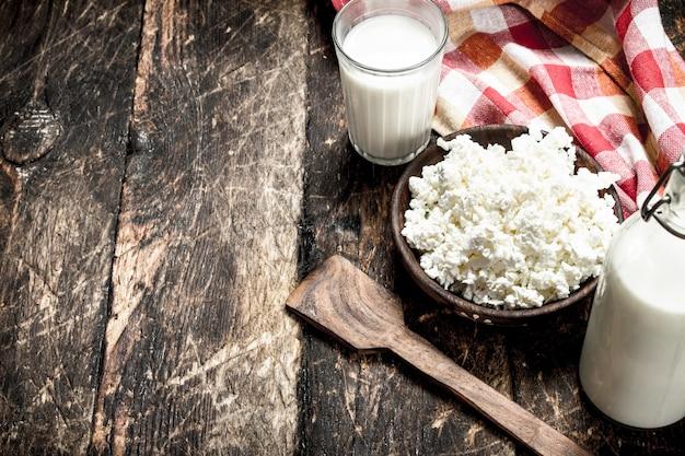 新鮮な牛乳からのカッテージチーズ。