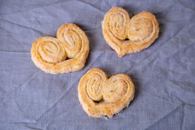 Творожное домашнее печенье в сахарной посыпке. выборочный фокус, крупный план.