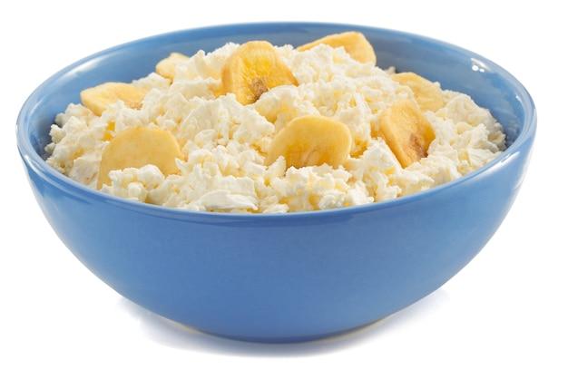 흰색 그릇에 코 티 지 치즈