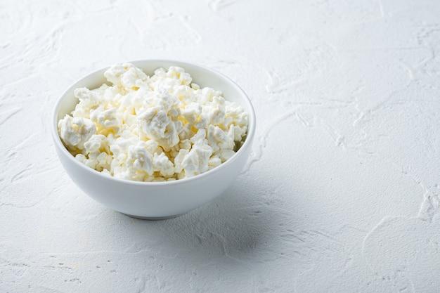 텍스트에 대 한 공간을 가진 흰색 질감 배경에 코티지 치즈 또는 두부,