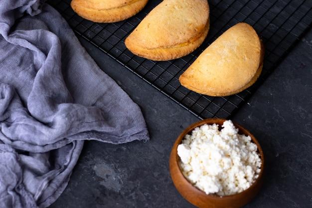 青色の背景にカッテージチーズのパイ