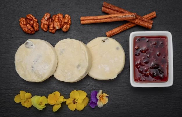 Творожные оладьи и клубничный соус.