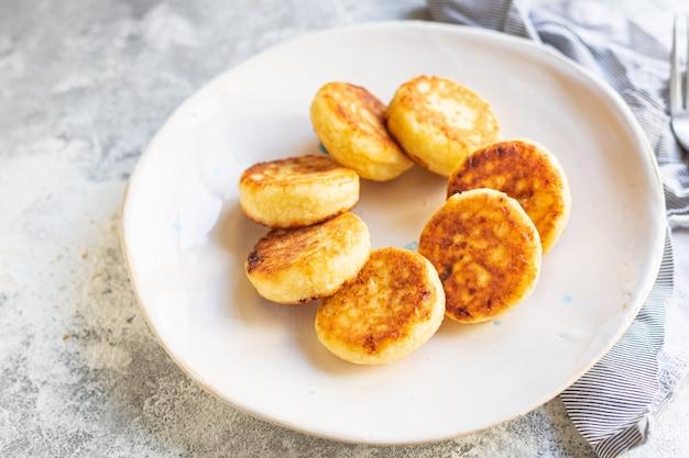 カッテージチーズのパンケーキデザートチーズケーキ甘い豆腐の朝食シルニキ