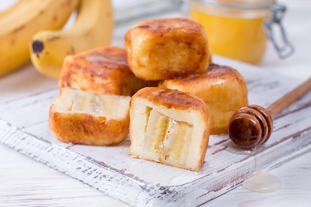 蜂蜜と立方体の形のカッテージチーズのパンケーキ
