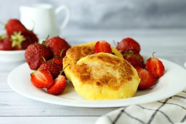 코티지 치즈 팬케이크 아침에 신선한 딸기와 딸기 syrniki와 달콤한 두부 튀김