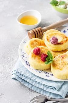Сырники, сырники, творожные оладьи с медом, малиной и мятой