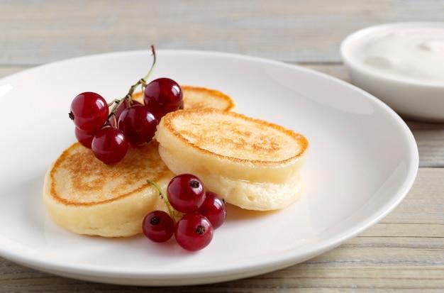 Творожные оладьи, сырники со свежими ягодами на завтрак