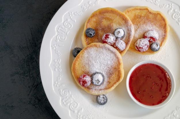 Творожные оладьи, сырники со свежими ягодами.
