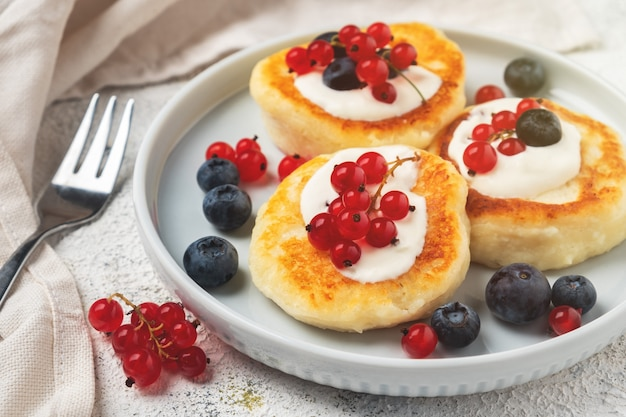 Cottage cheese pancakes with red currant and blueberry