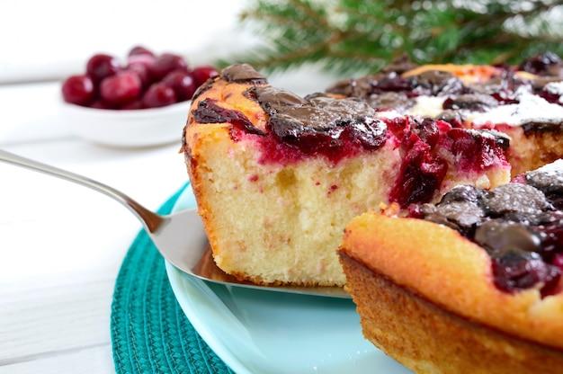 Творожный пирог с вишней и шоколадными каплями. закрыть