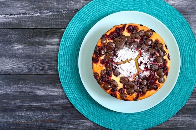 Творожный пирог с вишней и шоколадными каплями. вид сверху