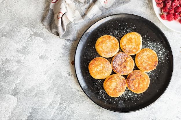 カッテージチーズ甘いパンケーキチーズケーキ豆腐朝食デザートシルニキ健康的な食事、上面図