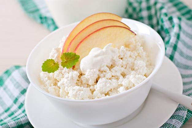 Творог с яблоками и сметаной на завтрак крупным планом