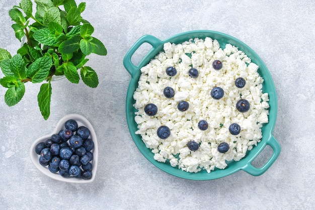 Cottage cheese with berries and mint