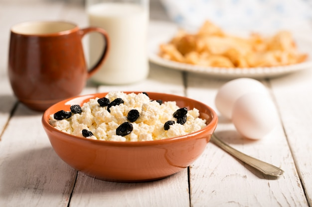 Cottage cheese with raisins and eggs