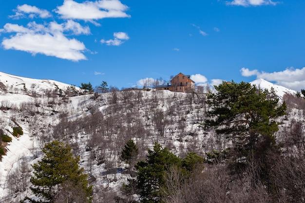 アッパースヴァネティの高山にあるコテージ