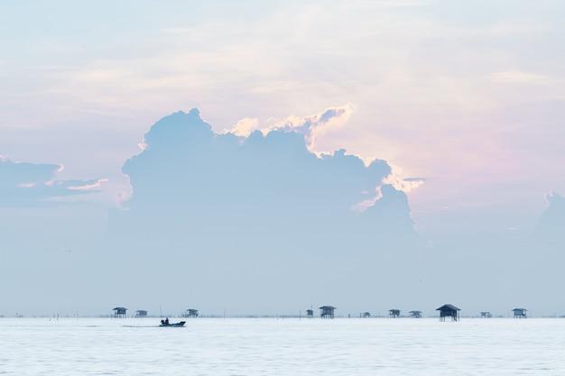 タイ、ペッチャブリー県「バンタブン」の海に浮かぶコテージ