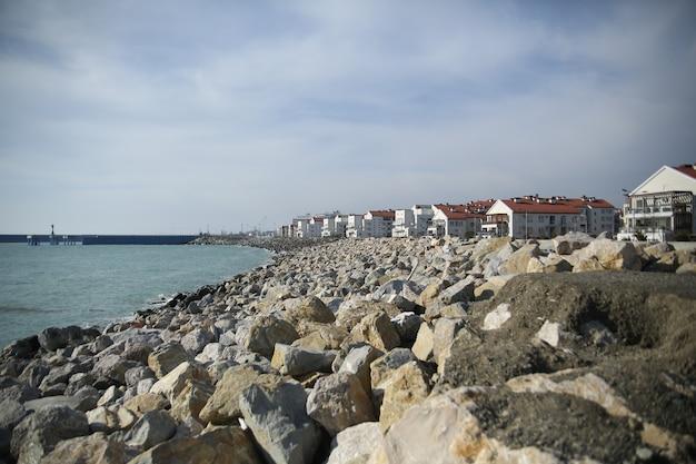 흑해 근처 바위 해안에 오두막 마을
