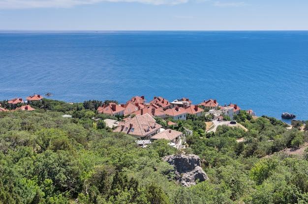 海を背景に赤い屋根のコテージ村