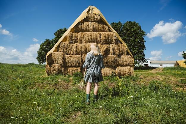 Коттеджный поселок эстетика сельское хозяйство фармкор кантри медленная жизнь молодая девушка в крестьянине