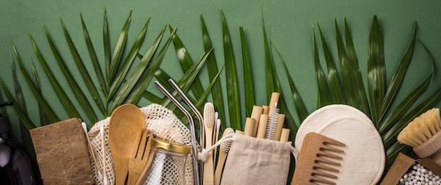 Хлопковая сумка, бамбуковая посуда, стеклянная банка, бамбуковые зубные щетки, расческа и соломка