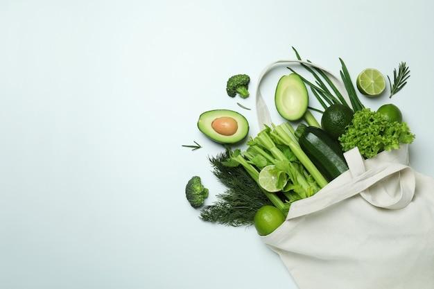 화이트에 녹색 야채와 함께면 가방
