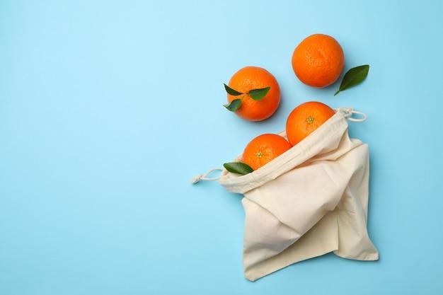 Хлопковая сумка со спелыми мандаринами на синем