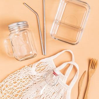 무료 플라스틱 쇼핑을위한 면봉과 유리 제품. 제로 폐기물 개념.