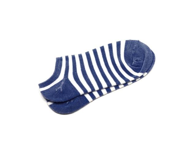 Хлопковые носки в синюю и белую полоску, изолированные на белом фоне