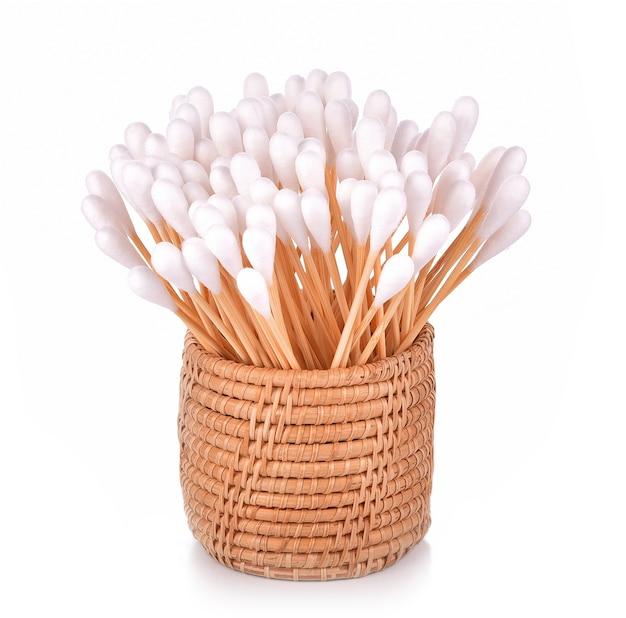 흰색 바탕에 바구니에 면봉