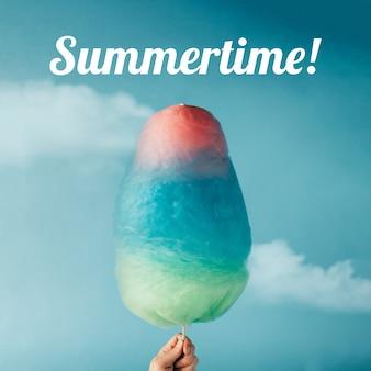 空の壁に綿菓子。夏のコンセプト。