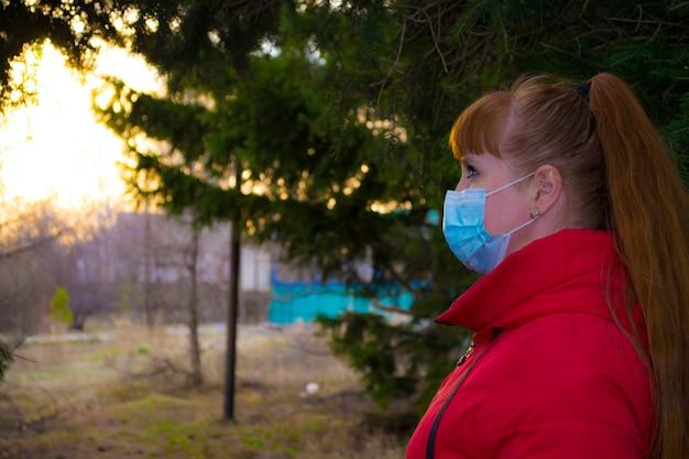 綿生地のフェイスマスクは、コロナウイルスの口カバーを身に着けているヨーロッパの女性の肌を呼吸します...