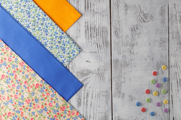 ミシン、レース、木製の背景に裁縫用アクセサリーの綿生地。