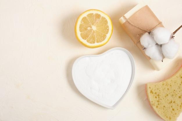 ハウスキーピング用のコットンフラワーレモン、ヘチマ、石鹸、重曹。環境にやさしいライフスタイルのコンセプト、ゼロウェイスト、エコクリーニングコピースペース上面図