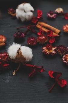 Хлопковые цветы на деревянном столе